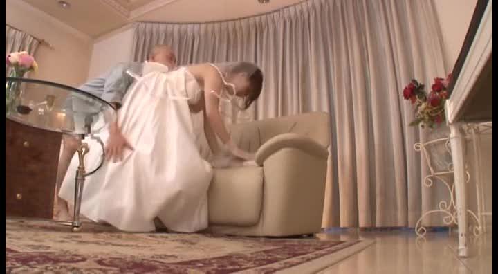 結婚式の控え室で寝取られる新婚奥様wウエディングドレスから覗くむっちりTバック美尻がエロい!!